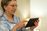 Photo Senior woman using digital tablet in bed