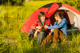 Fotografia Camping teenagers drink beer outdoors