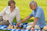 Fotografia Retired senior couple playing chess in park