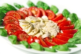 Fotografia mozzarella with basil and tomatoes with olive oil