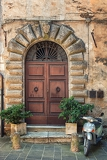 Photo old door of tuscany in italy