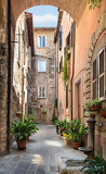 Fotografia view of a beautiful little street in the old town in tuscany italy