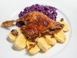 Fotografia roast duck red cabbage and potato dumplings