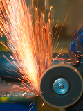 Fotografia yellow hot sparks at grinding steel material