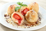 Fotografie sweet dumplings filled with strawberries