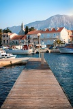 Fotografia wooden pier on the island of hvar with mountain views