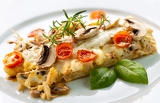 Fotografia tasty healthy fish fillet with vegetables and mushrooms
