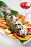 Fotografia rainbow trout with roasted potatoes