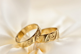 Fotografia wedding detail with beautiful golden rings