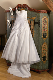 Fotografia elegant white wedding dress with boots