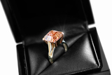 Fotografie engagement ring with pink gem in a box with glint  reflection