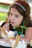Fotografia young girl eating the fruit cup