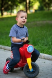 Photo little baby boy on bike
