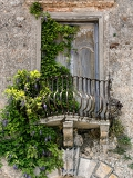 Fotografia historic house with balcony and plants in italy