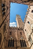 Photo siena landmark photo cortile del podesta courtyard torre del mangia tower and palazzo pubblico building bottom view tuscany italy