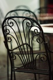 Fotografia beautiful old chair in street cafe in tuscany