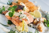 Fotografia grilled atlantic salmon with herb sauce and baked potatoes delicious healthy eating