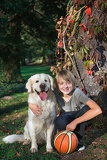 Fotografia little boy in the park with a golden retriever dog