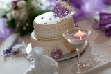 Fotografia traditional wedding cake with purple flowers