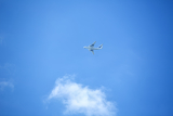 Photo flying airplane on the blue sky leaving white lines behind