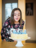 Fotografie girl how to blows candles on a birthday cake