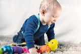 Fotografie little boy playing with their favorite toys