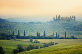 Fotografie scenic view of typical tuscany mist landscape