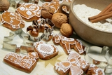 Fotografie sweet christmas gingerbreads and red christmas decoration