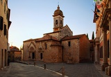 Fotografie beautiful and picturesque church in the tuscany town of san quirico dorcia in the evening time