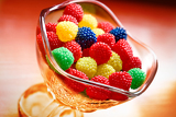 Fotografia tasty chewy sweet bonbon rest inside glass cup