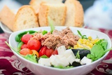 Fotografie tasty salad with tuna tomato and corn