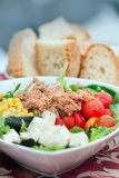Fotografia tasty salad with tuna tomato and corn