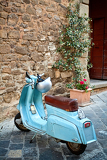 Photo classic italian scooter in the small alley