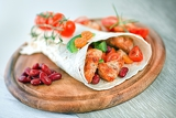 Fotografia delicious mexican wrap with chicken stripes and vegetable