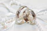 Fotografie wedding detail with beautiful golden rings