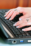 Fotografia closeup of typing on laptop keyboard of female hands