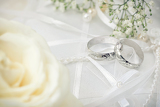 Fotografia wedding detail with beautiful white gold rings