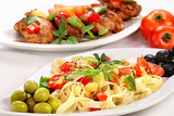 Fotografia spaghetti with vegetable and chicken meat