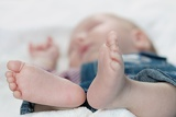 Fotografie baby feet and father hand