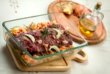Photo fresh raw deer meat in a glass bowl