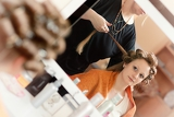 Fotografie the hairdresser does a hairstyle to the bride