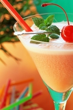Fotografia alcoholic recreational drink with cherry
