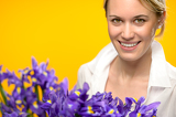 Fotografia Smiling woman with spring purple iris