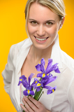 Fotografia Woman hold one spring iris flower smiling