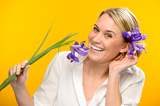 Fotografia Smiling woman with spring flower in hair