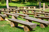 Fotografia outdoor wood benches on green lawn in sunny day