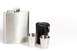 Fotografia hip flask and cups on white background