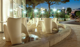 Fotografia beautiful outdoor white dining area in night