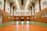 Fotografia empty interior of public gym with basketball court