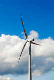 Fotografia wind turbine  alternative and green energy source in sunny daby with blue sky